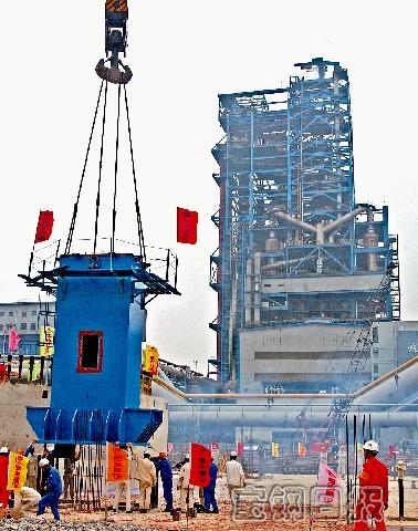 中厚板分公司2号corex炉首段钢结构塔架顺利吊装完成