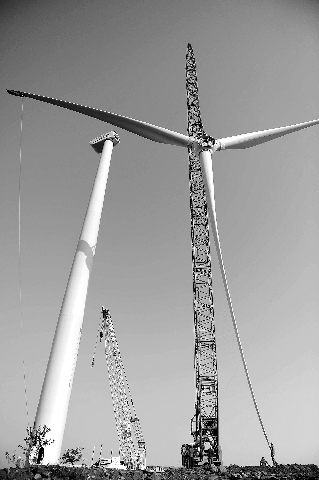 安徽省首台大型风力发电机在来安县成功安装