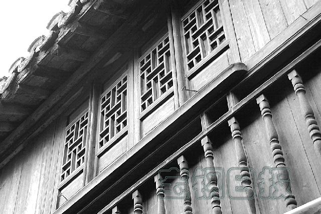 图片中这些老木格子窗,围杆呢,则镶嵌于白色大理石墙面上,看起来将是