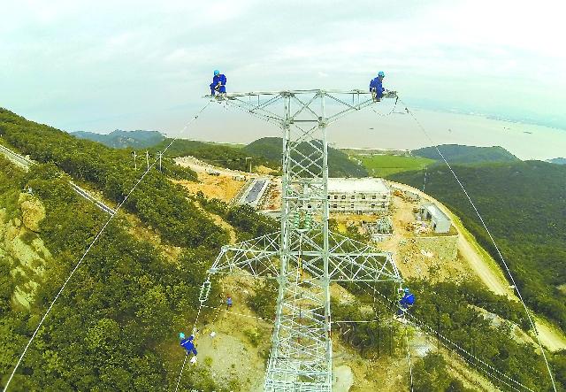 日前,浙江舟山金塘风电场输电线路起自金塘风电场升压站,经7基铁塔、1700米架空输电线路及2000米电缆,与国网舟山110kv变电站相接,是金塘岛风电场绿色能源输出的主动脉。 浙江省舟山市金塘岛风电场一期共有17台单机容量为1500kw的风力发电机组组成,建成后年发电量可达6000万千瓦时,接近金塘岛全年工业用电的一半,每年可节约标准煤耗1.