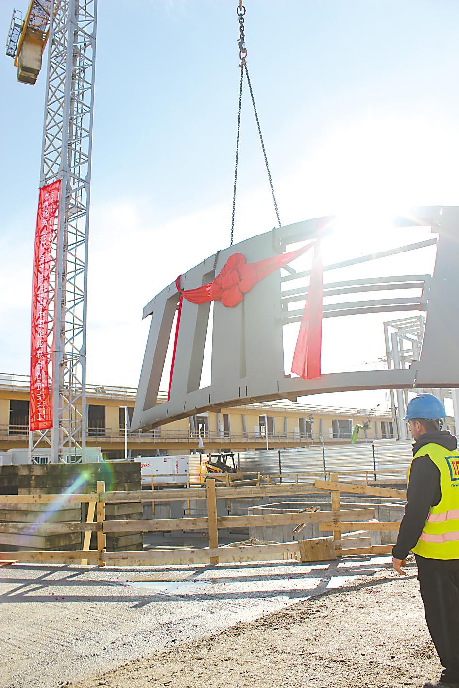 中国企业联合馆钢结构吊装全面展开