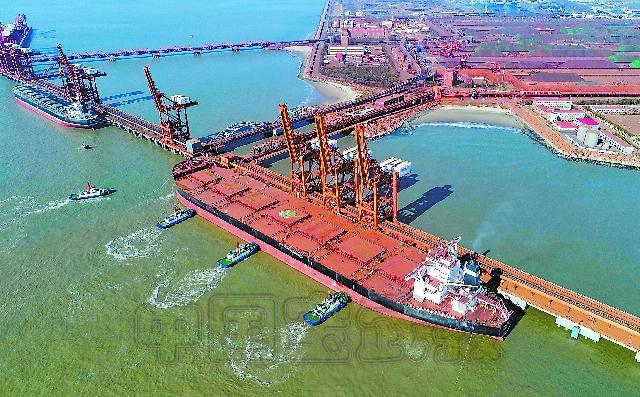 日前,中国香港籍40万吨级意大利轮顺利靠泊在河北省曹妃甸口岸矿石码头,这也是该口岸矿石码头自2015年底靠泊第一艘40万吨级矿石船以来的第16艘,标志着曹妃甸口岸靠泊超大型矿石船舶到港常态化。据介绍,在全国可接靠40万吨船舶的7个泊位中,曹妃甸口岸占据两个泊位,也是渤海湾唯一能停靠40万吨级矿石船舶的港口。 图为中国香港籍40万吨级意大利轮靠泊曹妃甸口岸矿石码头。 (新华社 供稿)